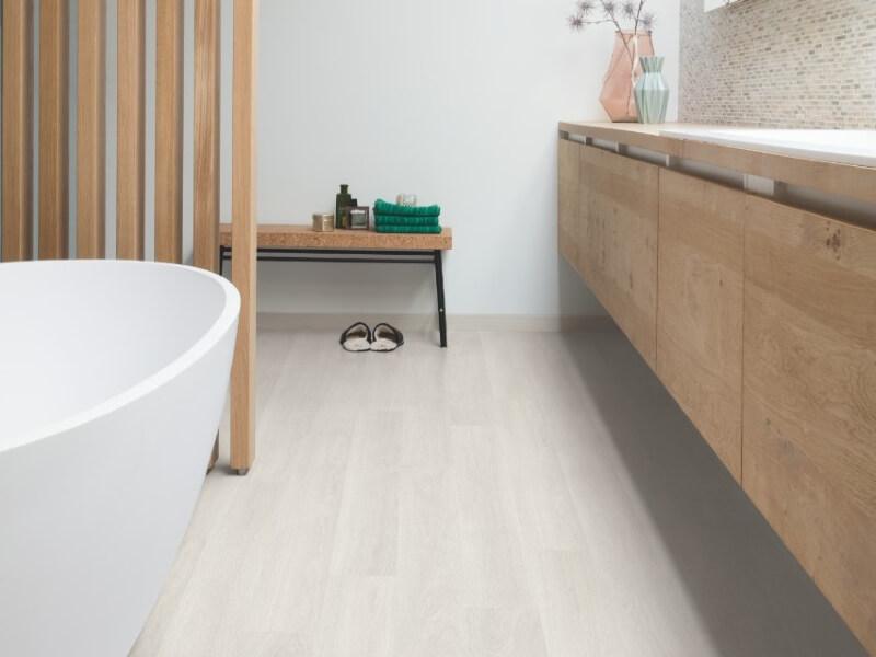 Estate oak light grey quick step bathroom